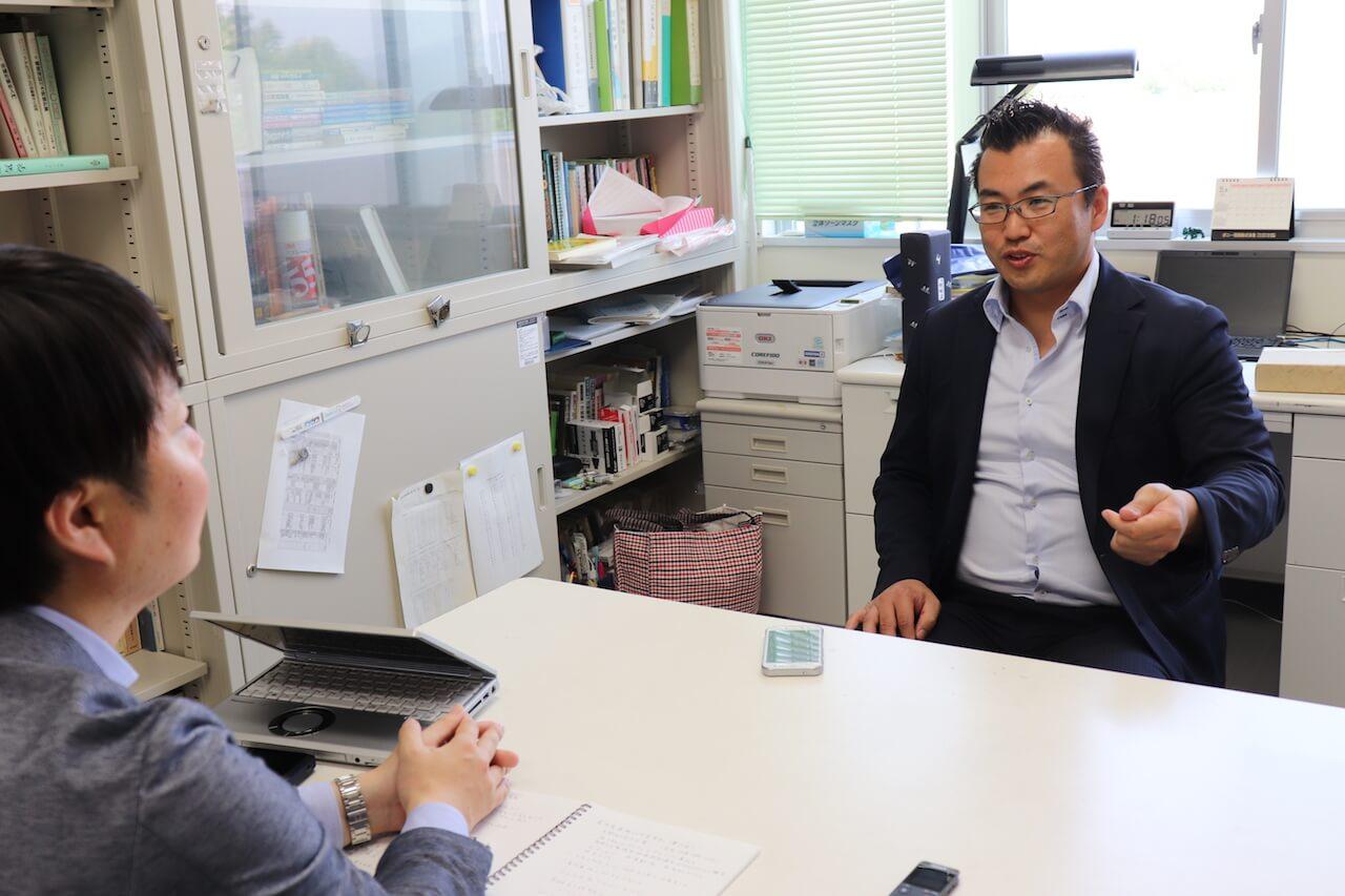 企業の開発技術者として働いた経験から、産学連携では企業の視点がよく分かると語る芳賀教授。